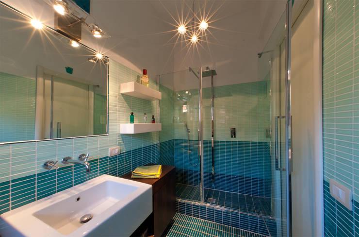 8. Servizi igienici: Bagno in stile  di NOS Design