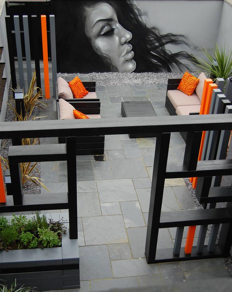 Street Art garden:  Garden by Robert Hughes Garden Design