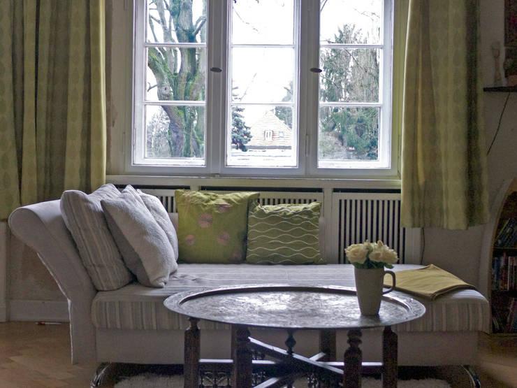 Grüne Retro-Stoffe und orientalischer Tisch:  Wohnzimmer von Guru-Shop
