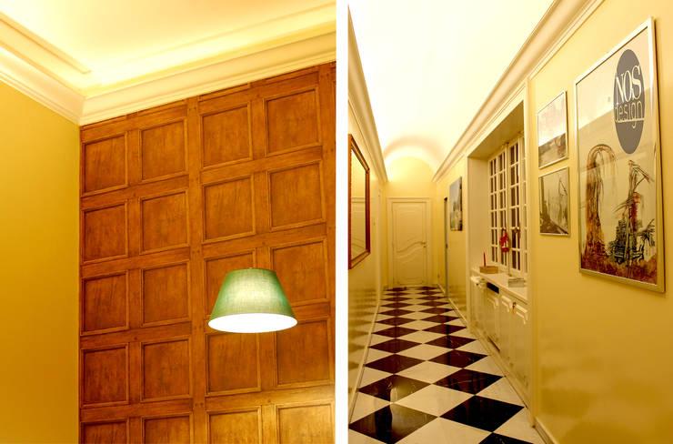 2. Dettaglio della parte di fondo del salotto e corridoio.: Ingresso & Corridoio in stile  di NOS Design
