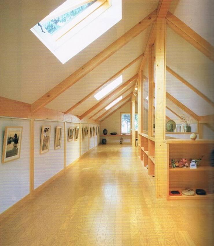 緑多い敷地に建つ小屋裏ギャラリー・アトリエのある家小屋裏展示場: 株式会社 山本富士雄設計事務所が手掛けた和室です。