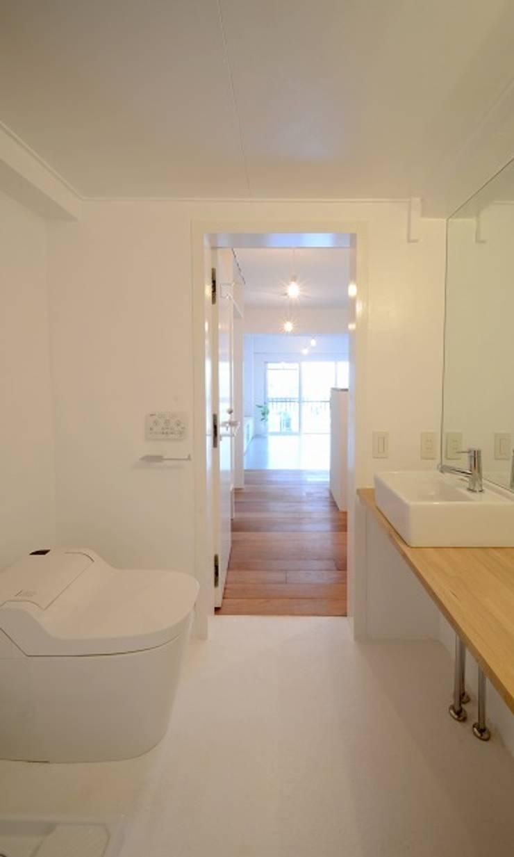 下馬の住宅 / House in Shimouma: Niji Architects/原田将史+谷口真依子が手掛けた浴室です。
