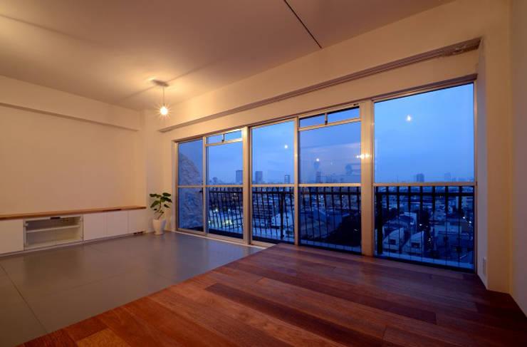下馬の住宅 / House in Shimouma: Niji Architects/原田将史+谷口真依子が手掛けた寝室です。