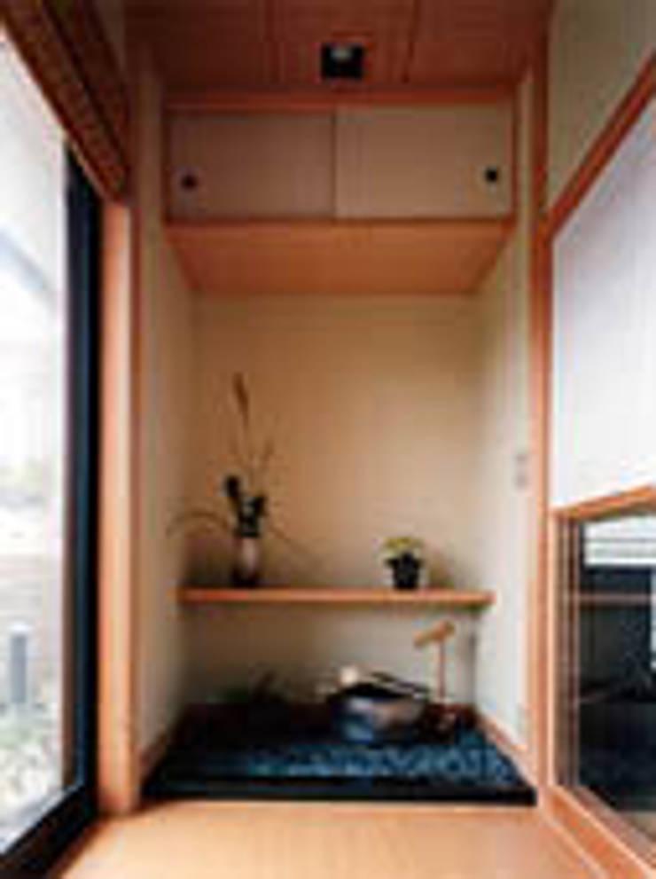 聖蹟桜ヶ丘の重厚な外観総タイル張りの家和室広縁一隅: 株式会社 山本富士雄設計事務所が手掛けた廊下 & 玄関です。