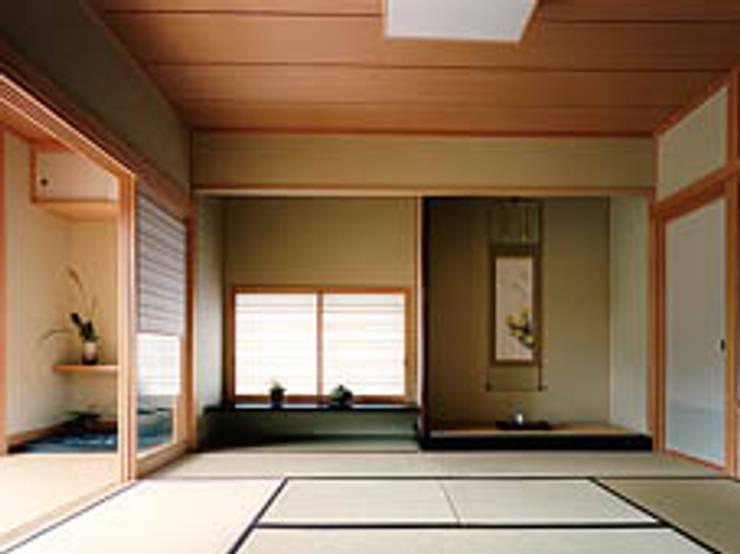 聖蹟桜ヶ丘の重厚な外観総タイル張りの家1階和室: 株式会社 山本富士雄設計事務所が手掛けた寝室です。