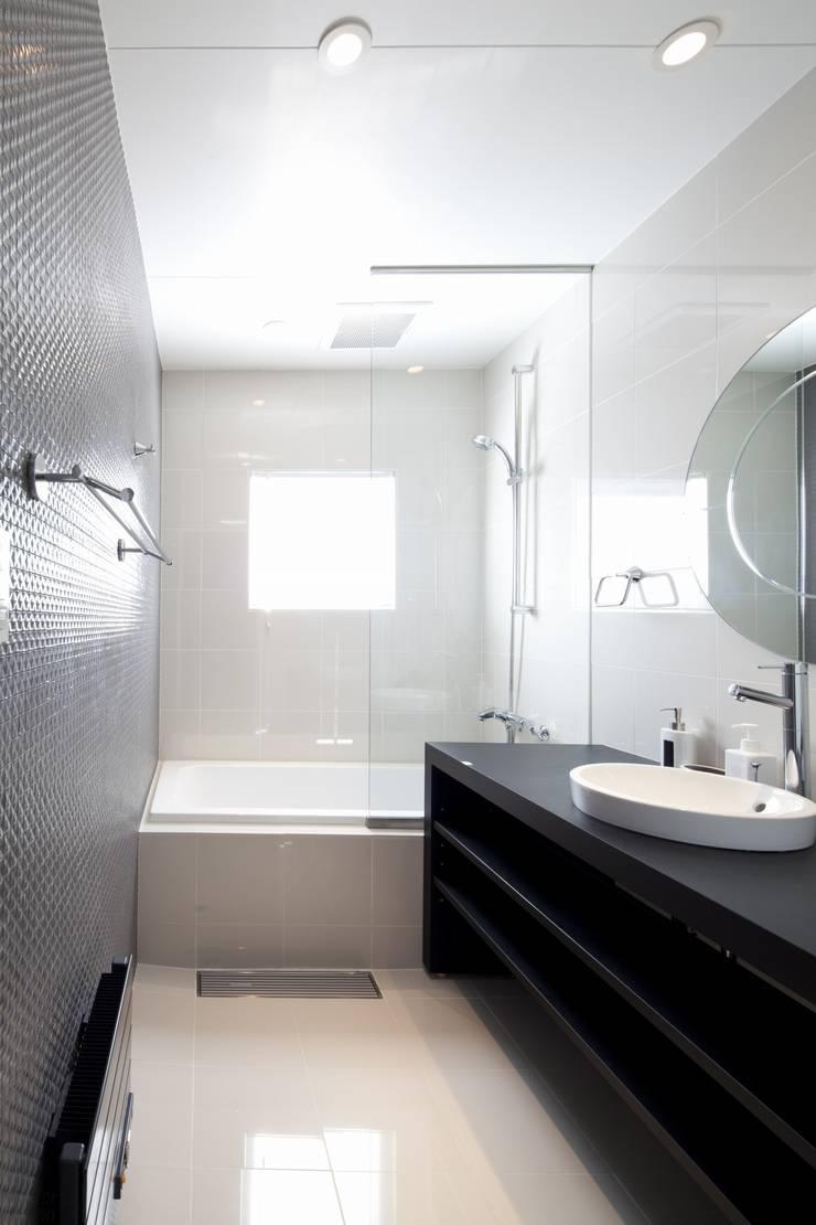 HANGETSU: ヒココニシアーキテクチュア株式会社が手掛けた浴室です。
