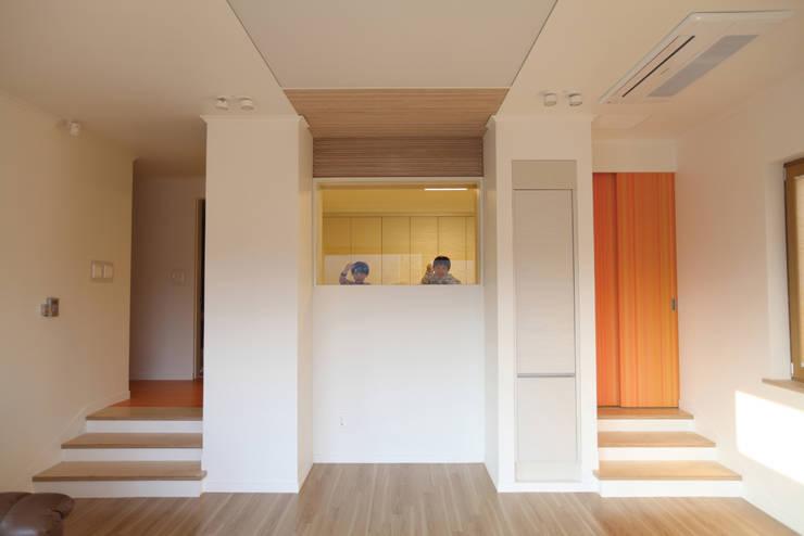 아이방이 보이는 거실: 주택설계전문 디자인그룹 홈스타일토토의  아이방