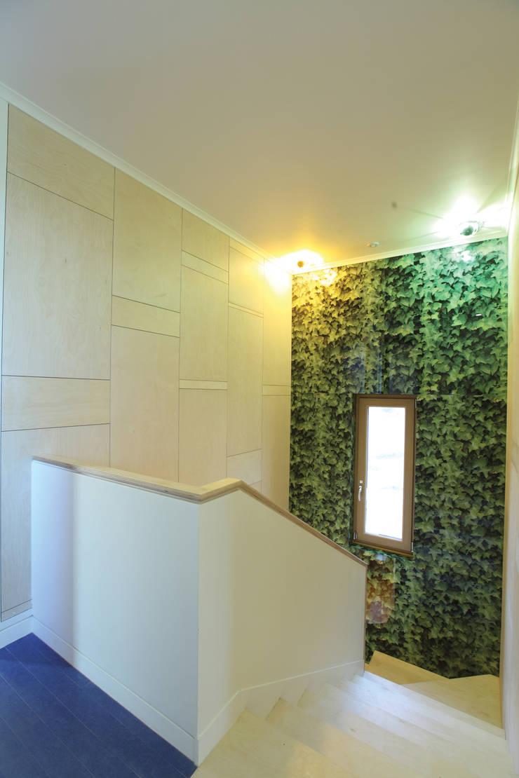 자작나무 패턴의 계단실: 주택설계전문 디자인그룹 홈스타일토토의  복도 & 현관,모던