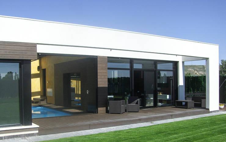Porche sur y piscina: Casas de estilo  de Rubén Sánchez Albillo. Arquitecto