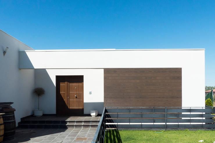 Detalle de entrada a la vivienda 1: Casas de estilo  de Rubén Sánchez Albillo. Arquitecto
