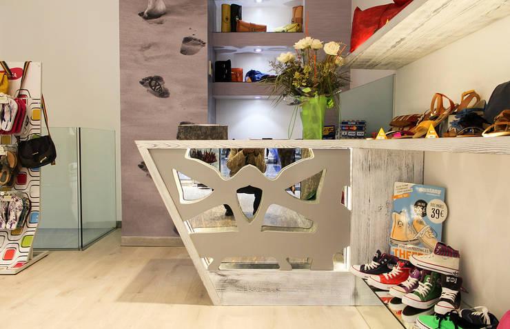 Detalle del mostrador: Oficinas y Tiendas de estilo  de Rubén Sánchez Albillo. Arquitecto