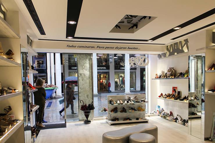 Zapatería: Oficinas y Tiendas de estilo  de Rubén Sánchez Albillo. Arquitecto