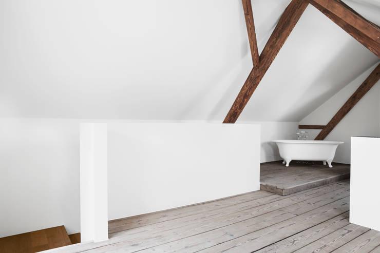 Mehrfamilienhaus und Scheune, Zwillikon: moderne Badezimmer von novaron Architekten AG