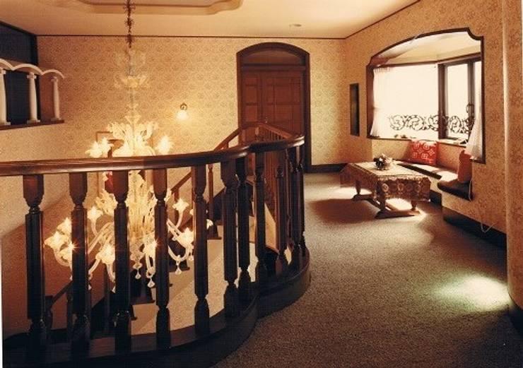 中庭に暮らすスペイン風パティオのある目白の家2階階段ホール: 株式会社 山本富士雄設計事務所が手掛けた廊下 & 玄関です。,地中海 木 木目調