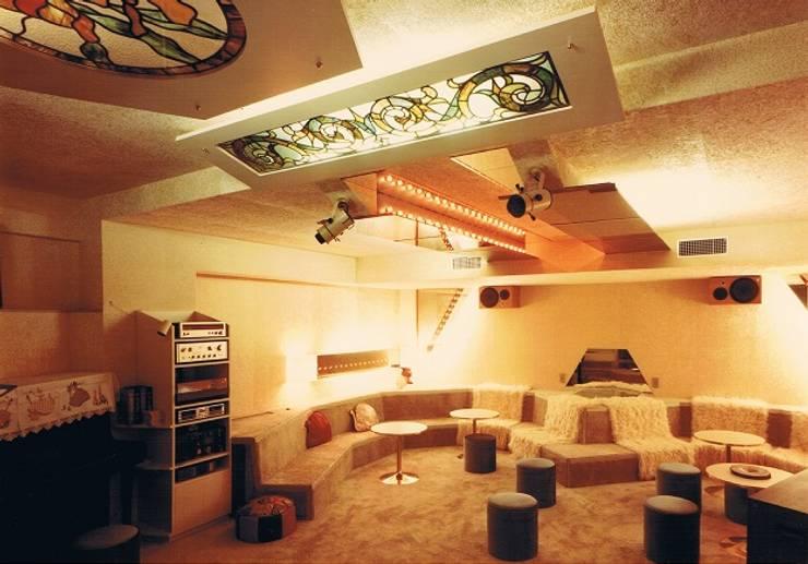 中庭に暮らすスペイン風パティオのある目白の家地階多目的ルーム: 株式会社 山本富士雄設計事務所が手掛けた和室です。,地中海 木 木目調
