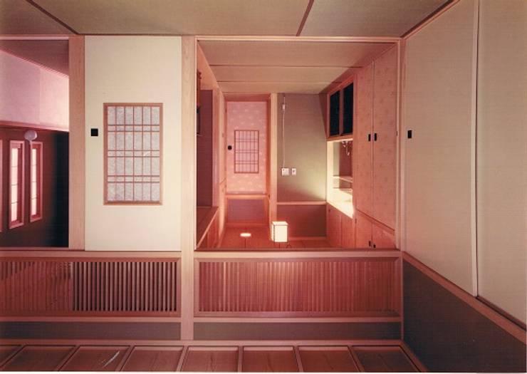 中庭に暮らすスペイン風パティオのある目白の家1回和室。ご母堂室: 株式会社 山本富士雄設計事務所が手掛けた和室です。,クラシック 木 木目調