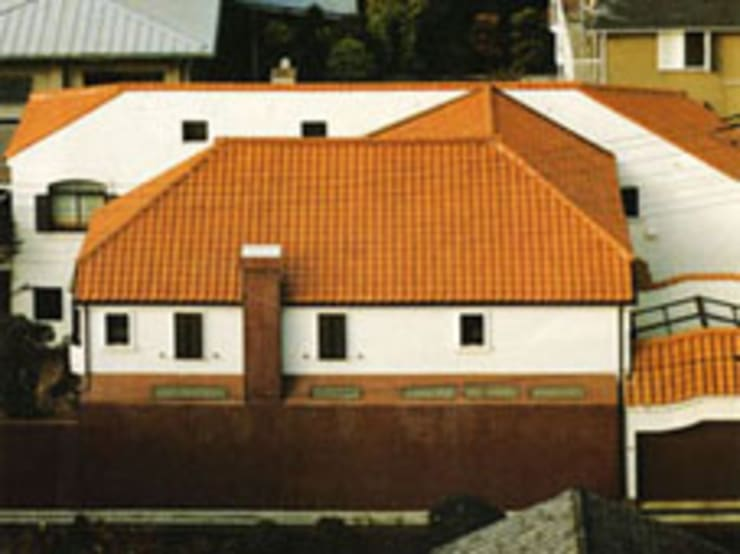 中庭に暮らすスペイン風パティオのある目白の家バードアイビュー外観: 株式会社 山本富士雄設計事務所が手掛けた家です。,地中海 陶器