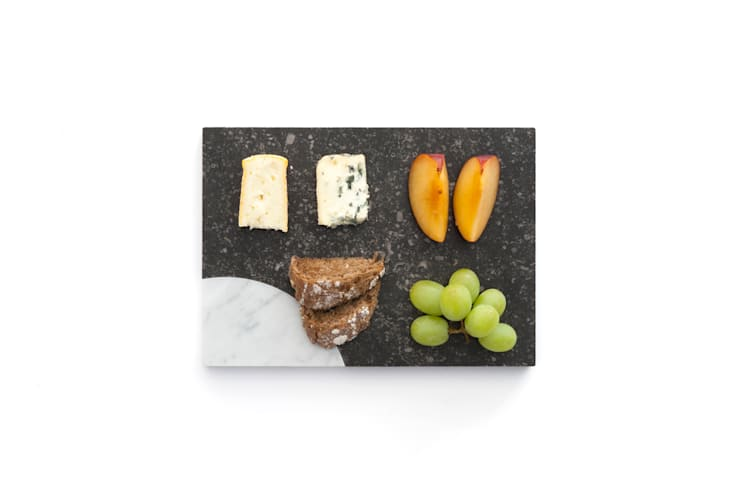 Marble platters to create your own edible scenes: moderne Keuken door Studio Jorrit Taekema