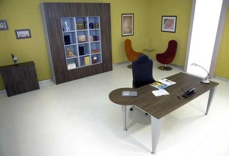 Ufficio con scrivania con appendice semicircolare: Studio in stile  di melicos