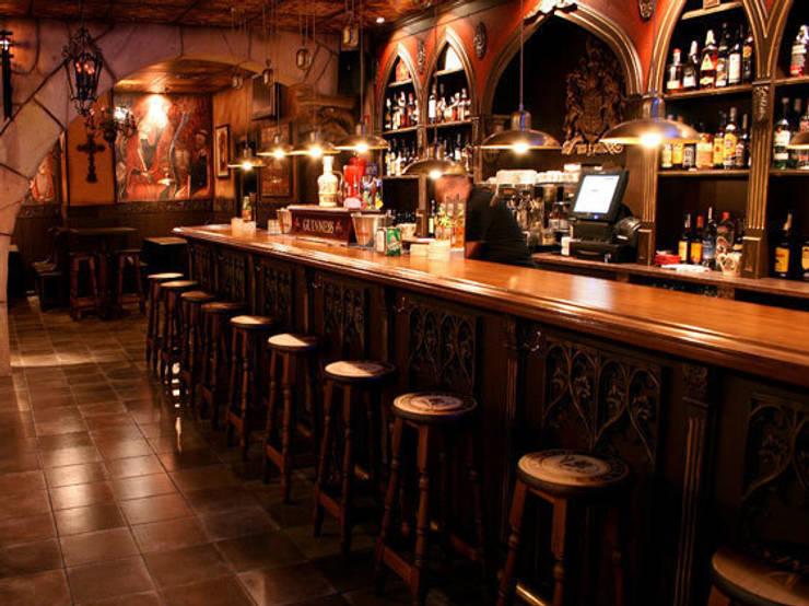 THE SAINTS PUB. VILADECANS.BARCELONA: Locales gastronómicos de estilo  de INTERTECH ESPACIO CREATIVO