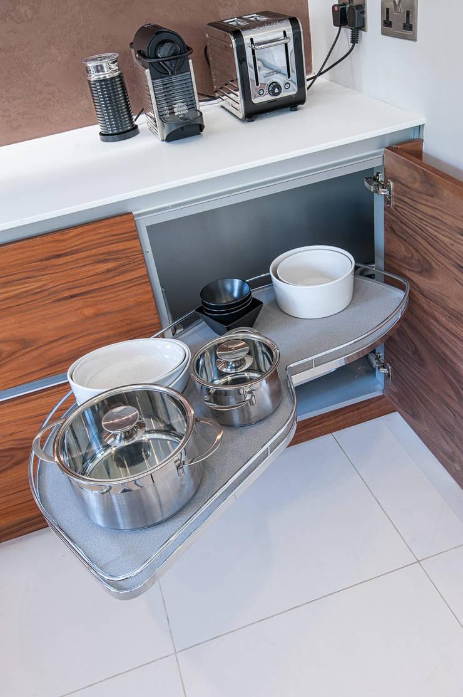 Urban Life gloss white and walnut kitchen - Le mans storage:  Kitchen by Urban Myth