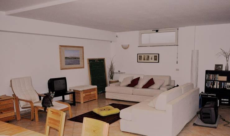 Zona soggiorno prima: Soggiorno in stile in stile Moderno di LET'S HOME
