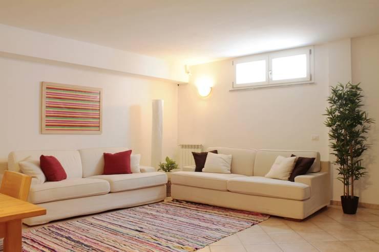 Zona soggiorno dopo: Soggiorno in stile in stile Moderno di LET'S HOME