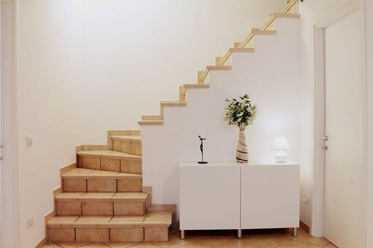Sottoscala dopo: Ingresso & Corridoio in stile  di LET'S HOME