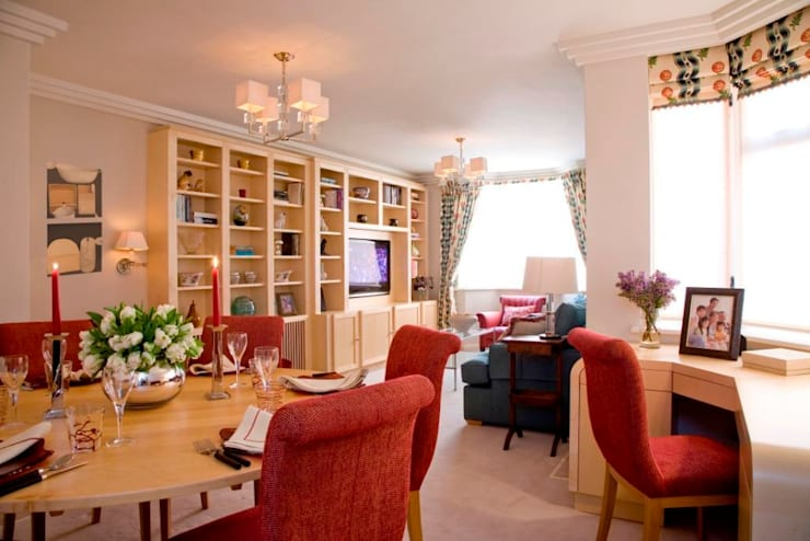 Living Room with bespoke Mape desk and joinery housing TV.:  Living room by Meltons