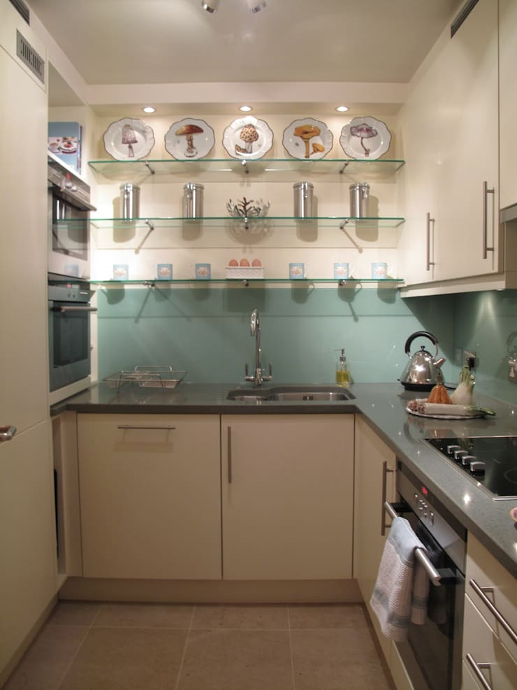 Kitchen with glass splashback in aqua.:  Kitchen by Meltons