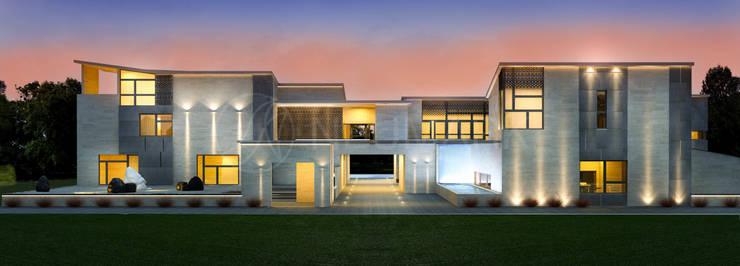 Фасад современного особняка в Beverly Hills, NY, USA:  в . Автор – Anton Neumark
