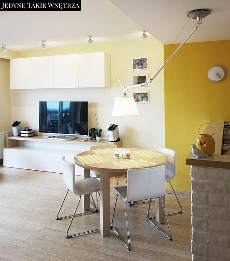 Słoneczny salon z kuchnią w Gdańsku: styl , w kategorii Jadalnia zaprojektowany przez JedyneTakieWnętrza,Nowoczesny