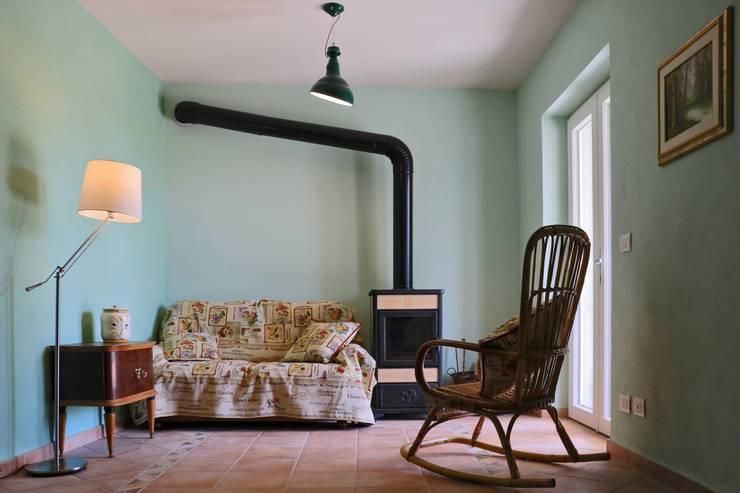 Soggiorno relax: Soggiorno in stile in stile Rustico di AreaNova officina di architettura