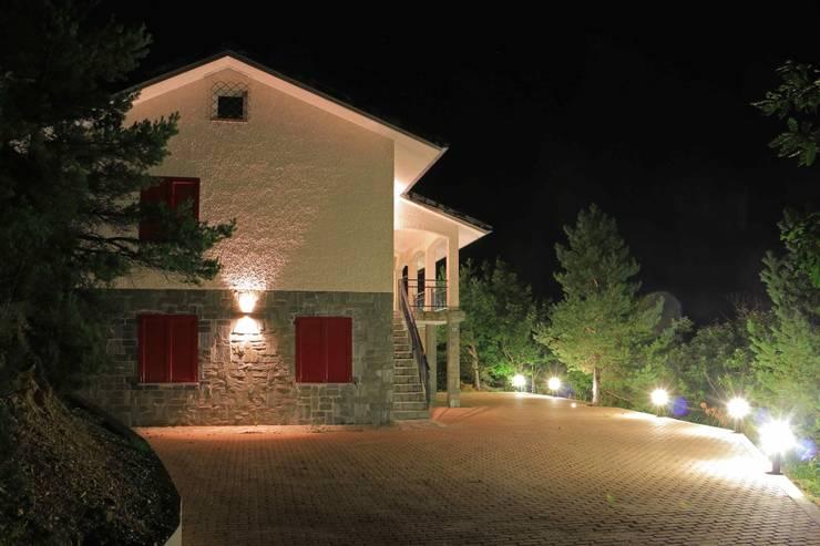 Vista notturna esterna: Giardino in stile in stile Rustico di AreaNova officina di architettura