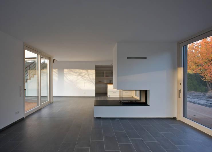 Wohnhaus K:  Wohnzimmer von (pfitzner moorkens) architekten PartGmbB