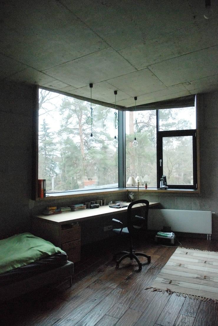 DOM POD DĘBEM: styl , w kategorii Domowe biuro i gabinet zaprojektowany przez SDA - SZCZEŚNIAK DENIER ARCHITEKCI