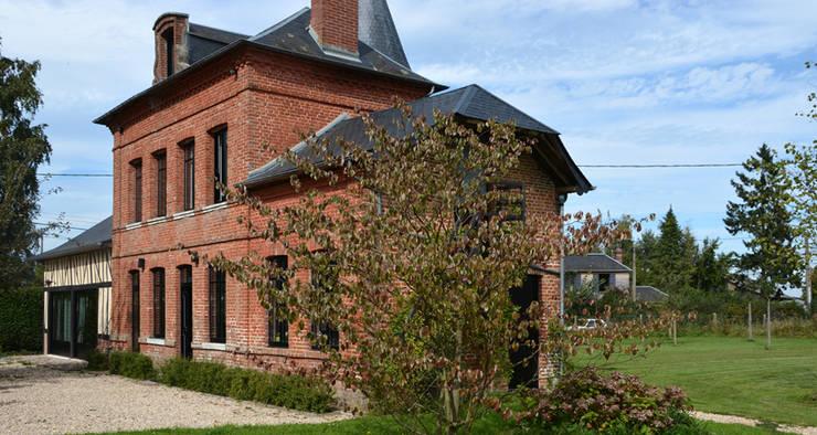 Projekty, klasyczne Domy zaprojektowane przez AGENCE APOLLINE TERRIER