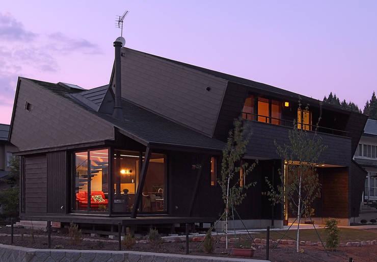 Black オリジナルな 家 の アースワーク建築設計事務所 オリジナル