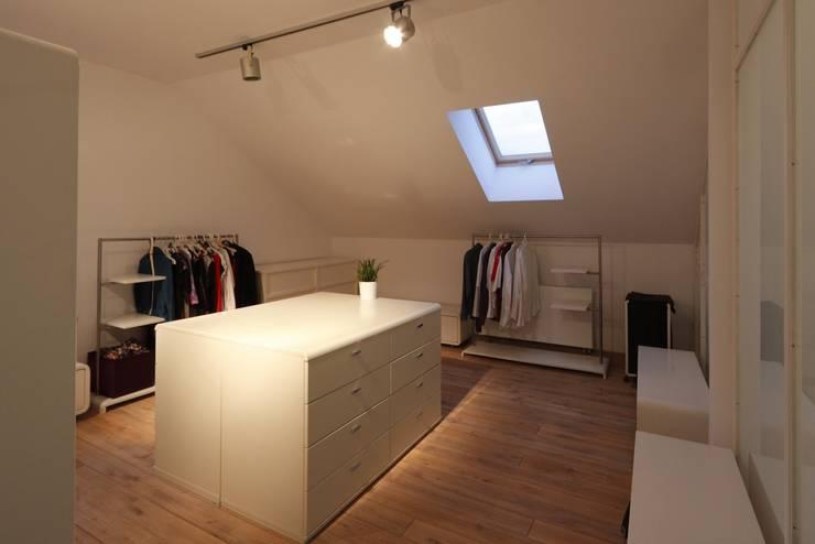 Vestidores y closets de estilo moderno por REFORM Konrad Grodziński