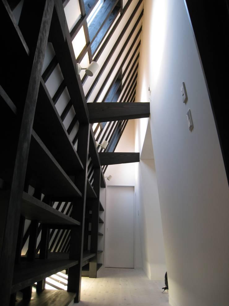 Black: アースワーク一級建築士事務所が手掛けたインテリアランドスケープです。