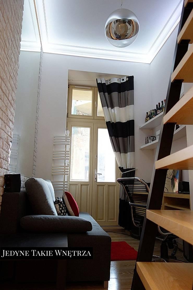 16m2 salon z kuchnią i antresolą: styl , w kategorii Salon zaprojektowany przez JedyneTakieWnętrza,