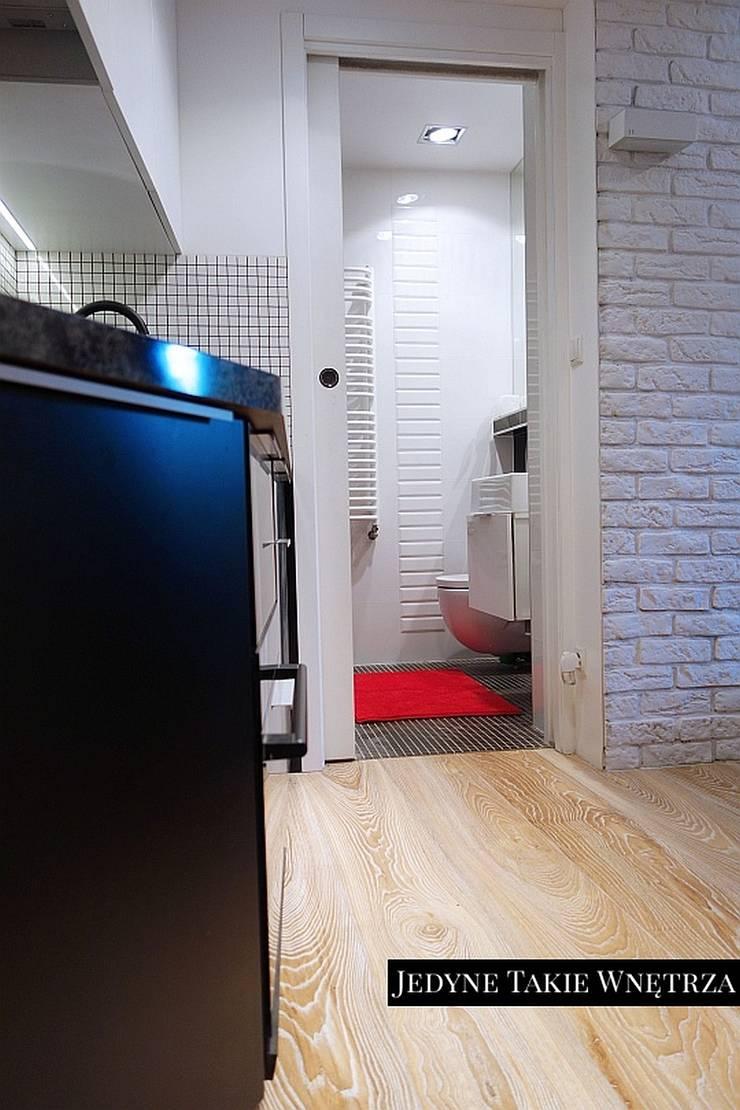 16m2 salon z kuchnią i antresolą: styl , w kategorii Kuchnia zaprojektowany przez JedyneTakieWnętrza,