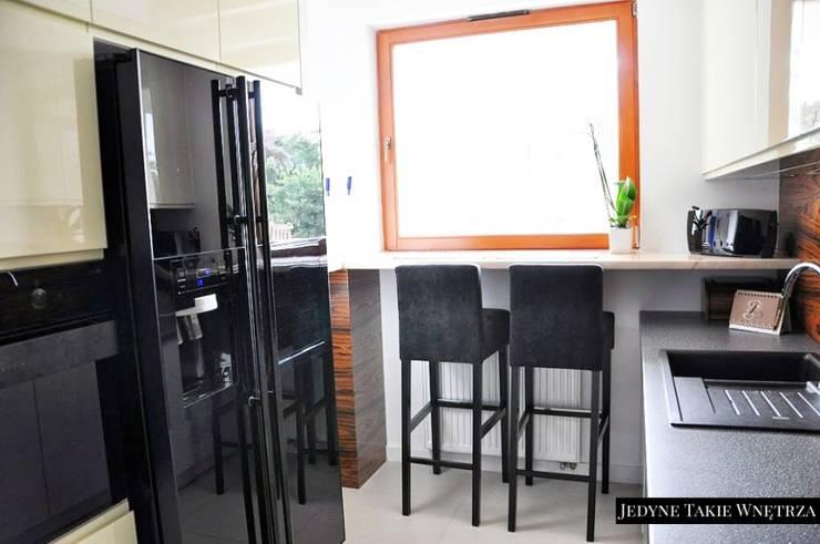 Czarno-białe glamour w warszawskim mieszkaniu: styl , w kategorii Kuchnia zaprojektowany przez JedyneTakieWnętrza,