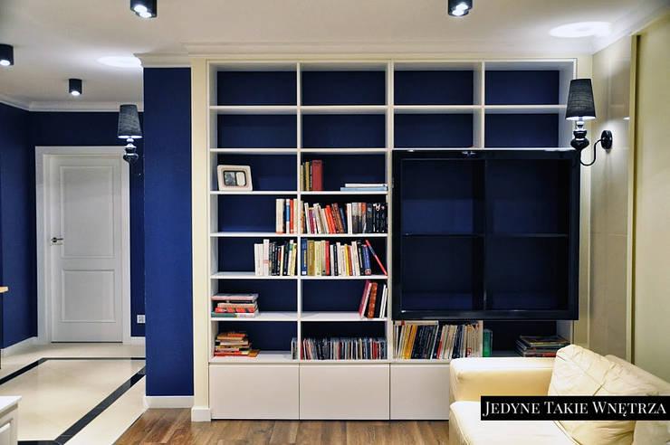 Czarno-białe glamour w warszawskim mieszkaniu: styl , w kategorii Salon zaprojektowany przez JedyneTakieWnętrza,