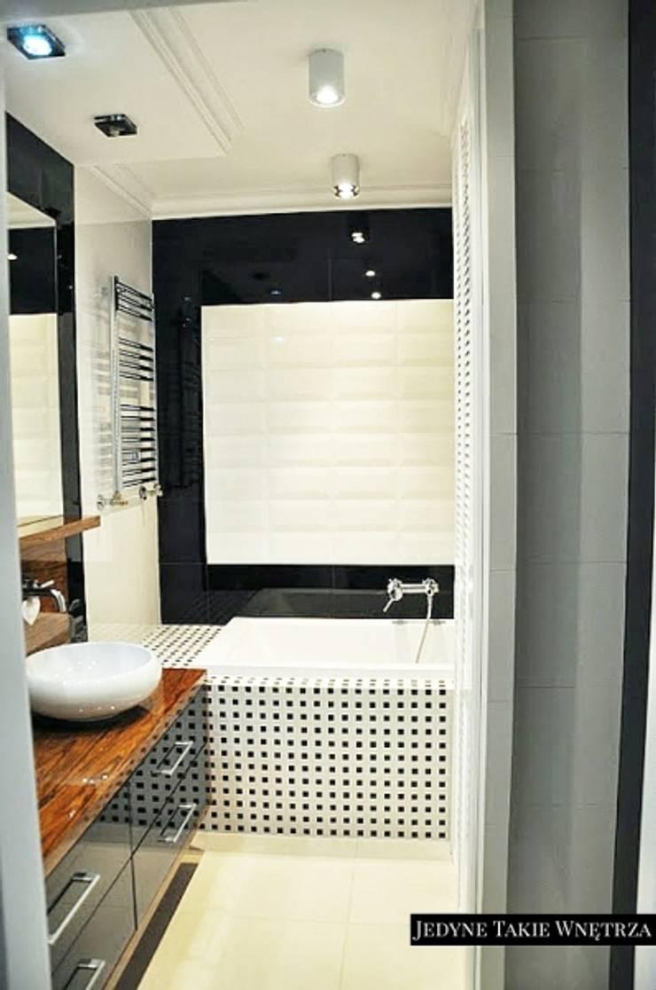Czarno-białe glamour w warszawskim mieszkaniu: styl , w kategorii Łazienka zaprojektowany przez JedyneTakieWnętrza,