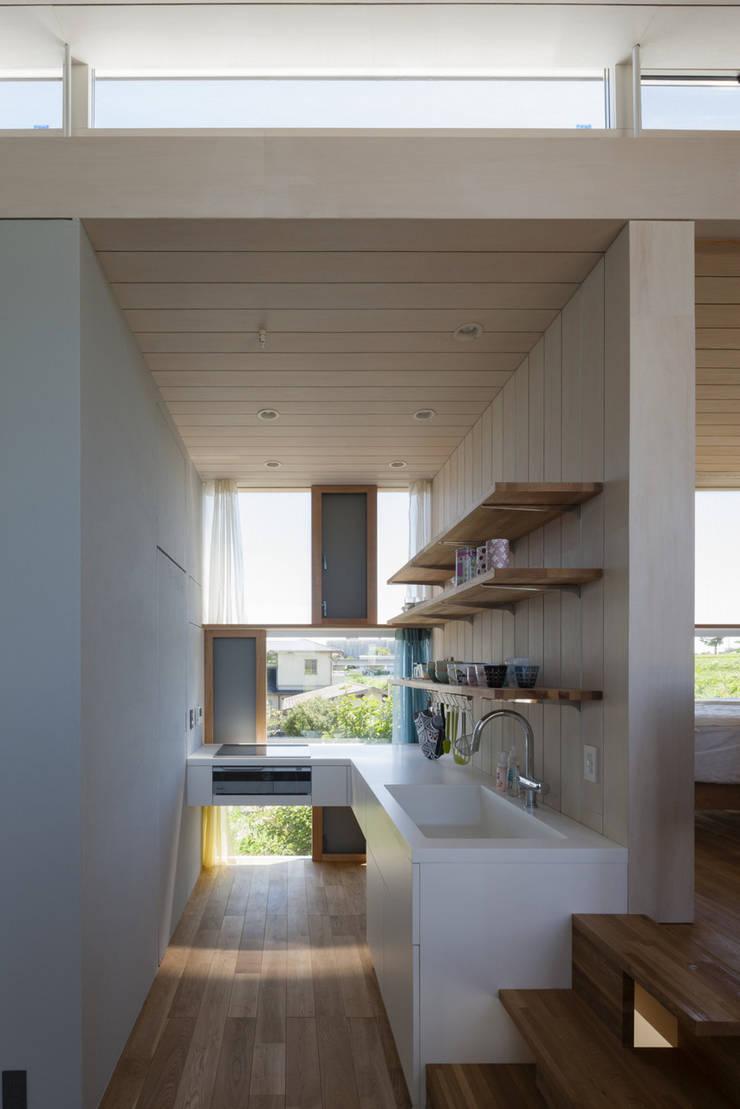 風景を通す家: ihrmkが手掛けたキッチンです。,