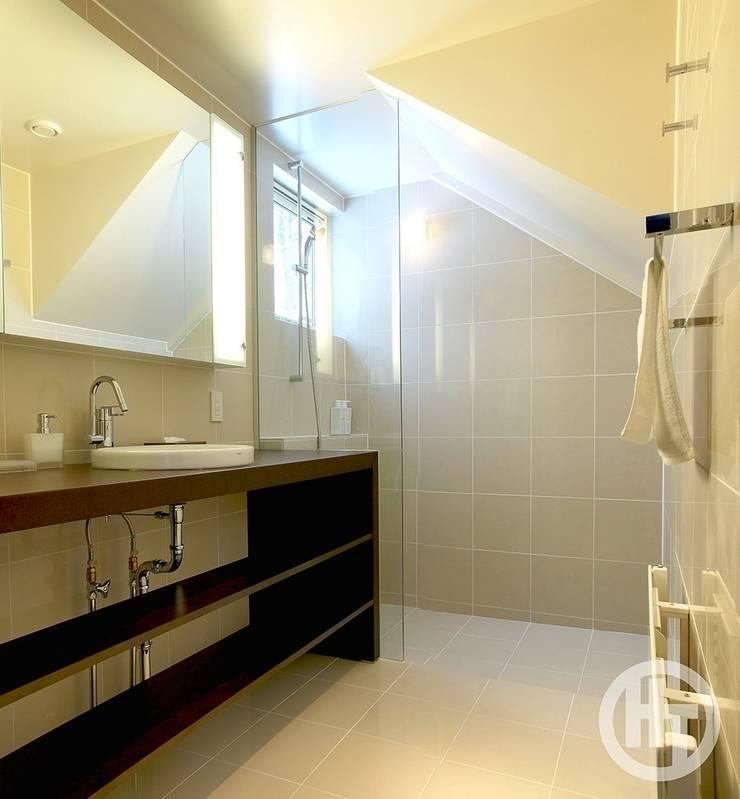 KEIKOKU: ヒココニシアーキテクチュア株式会社が手掛けた浴室です。,