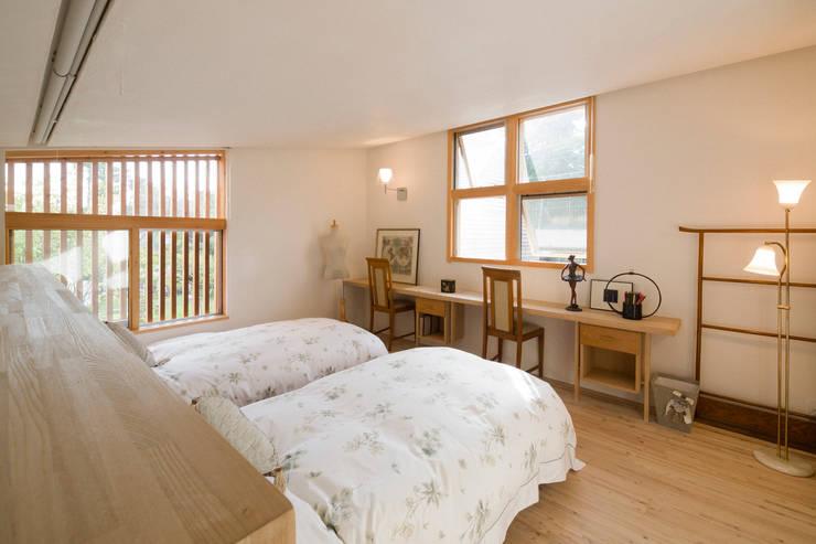 ゲストルーム: Far East Design Laboが手掛けた寝室です。