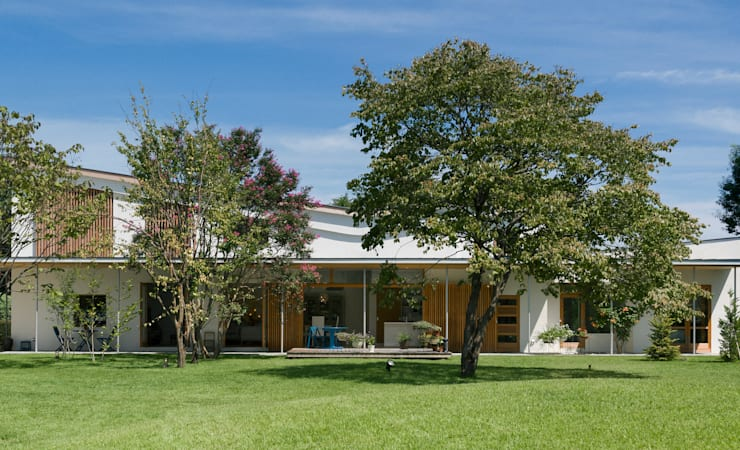 庭から望む家: Far East Design Laboが手掛けた家です。
