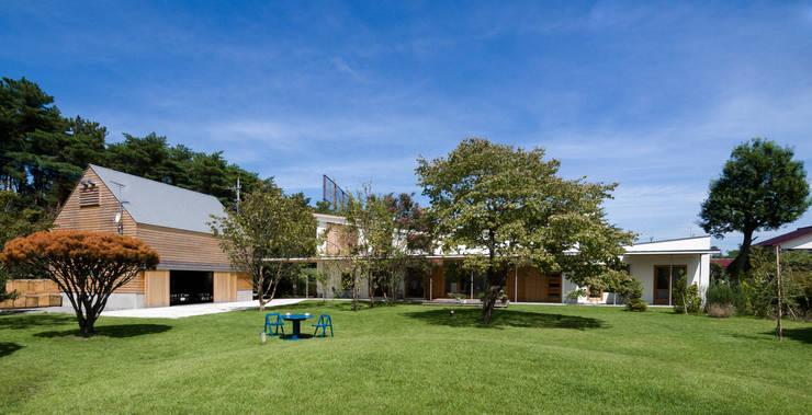 外観全景: Far East Design Laboが手掛けた家です。